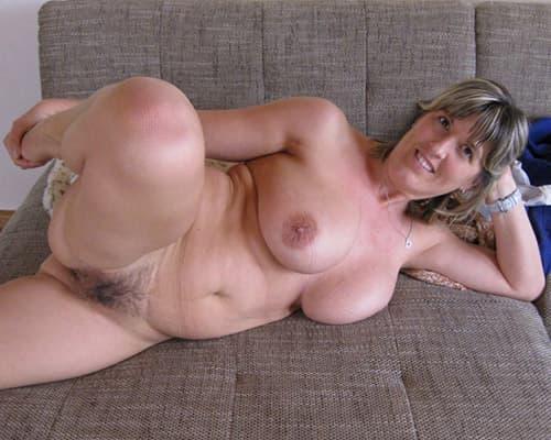 Mollige Hausfrau mit haariger Muschi
